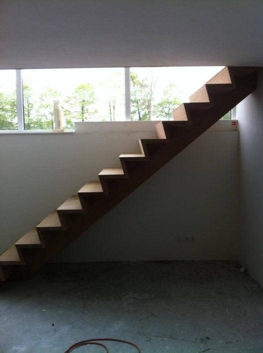 Moderne trap zonder leuningen